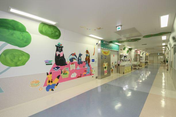 小児医療センターの内観(OPE室のアートワーク)
